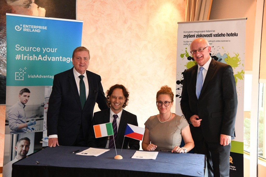Signing contracts during the trade mission were Jaromír Pažout, Bookassist and Ms Patricie Rosenbergová, CPI Hotels, with Minister Breen (left) and Dr. Tom Kelly, Enterprise Ireland (right).